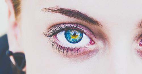 目の周りを薄付きに塗る